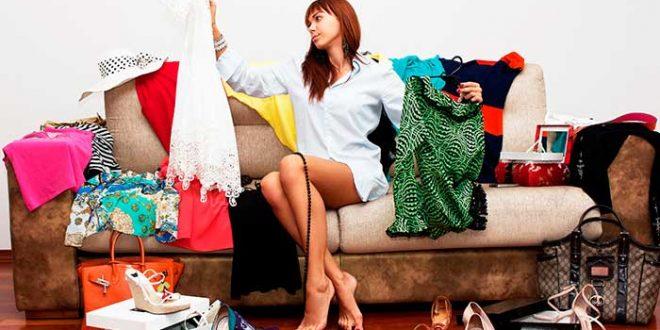 mulher a escolher roupa para encontro